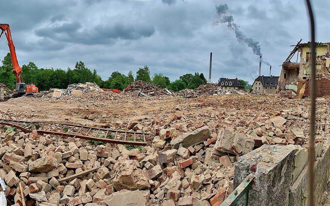 """Tagebuch (Teil 14) """"Abriss und Neubau Schlägel- und Eisen-Siedlung: Wenn dieser Teil dann gefallen ist, ist die große Fläche (bis auf den Ansatz vom Torhaus) komplett abgerissen"""