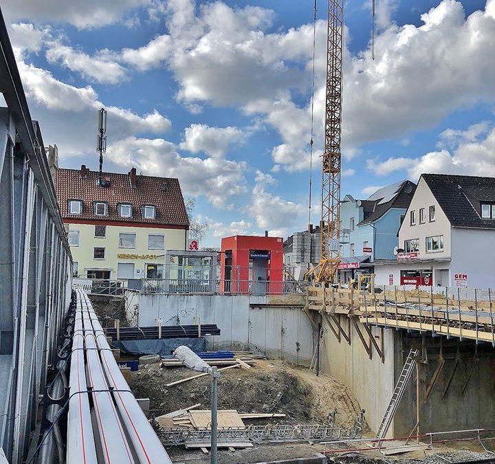 """Der Frühling kündigte sich heute mit Fotografierwetter an und beleuchtete optimistisch die Fortschritte beim Brückenbau am """"Zweckeler Bahnhof"""""""