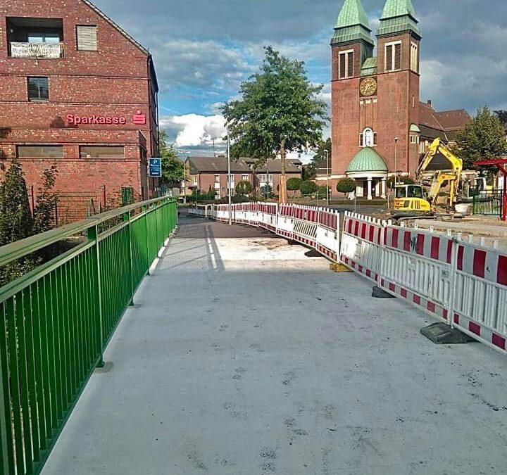 Ab sofort dürfen Fußgänger und Radfahrer (die Fahrräder müssen jedoch geschoben werden! ) den nördliche Gehweg der neuen Brücke benutzen